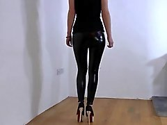 Vinyyli Leggingsit und High Heels