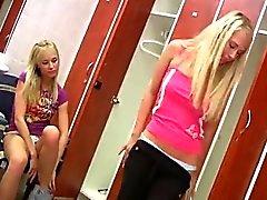 Jeune lesbiennes présentant joie vestiaire