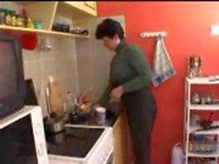 Mama e hijo en la cocina