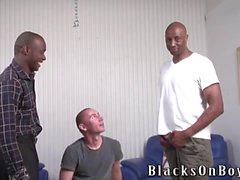 homme de vernis Amusant se enculer par des hommes black