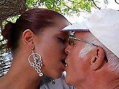Vecchia grande osso soddisfare la sua giovane e girlfriend giovane matta del sesso