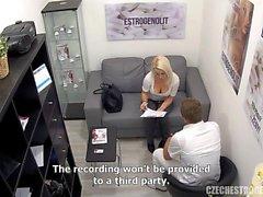 Grosse tette bionda seduce il suo medico