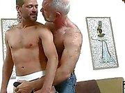 Ältere Homosexuell großes Stück erwischt den Ball , mit jüngeren harte cum Schütze spielen