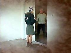 Prisonnière blonde explose un vieux et reçoit un visage