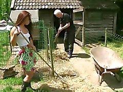Старый фермер трахая его подростка слуга