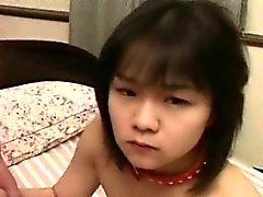 Muchacha asiática que collar