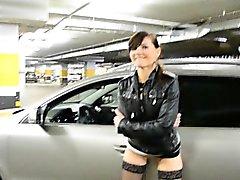 Jeny Smih parcheggio in auto a