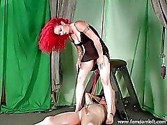 Klemmt und durch Redheadfrau Herrin beschnitten