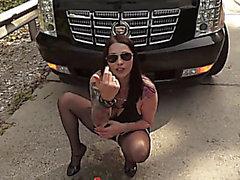 di Bella puttana fisting anale a via dietro un automobile