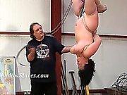 Esclaves suspendu seins fouetter