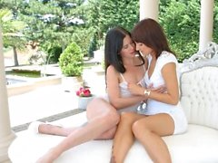Cassie Right e Suzy Rainbow in Outdoor strapon fun le