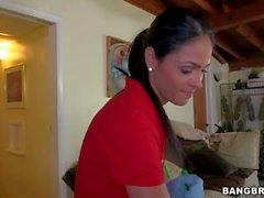 Femme de chambre de Latina avec de gros seins idéale Jasmin de Caro va de aux seins nus