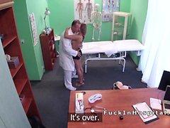Il dottor arriva pippa da paziente procace