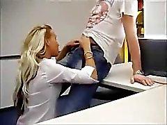 Schattige blonde fucked op kantoor