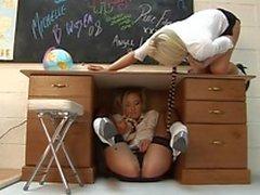 Naughty estudantes lésbicas ficar quente e sujo durante a sua sessão de estudo
