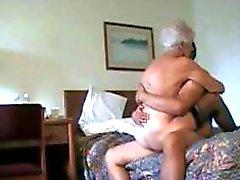 Geiles weißhaarige Oma wird in vielen Positionen pochte