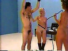 Erotik Aufschlag mit der beiden nackten Mätresse