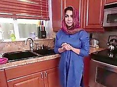 Brunett arabisk Ada fyllt ett med kladdig
