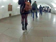 schwarze Strumpfhose in der U-Bahn