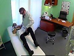 Busty infermiera bionda cazzo di suo dottore in ufficio