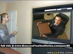 Bir öfkeli adam bir ofise gider