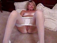 reifer blondes masturbates in der weißen Strumpfhosen