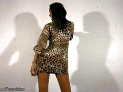 Perfekte Puppe mit Kugeln zerrt ihren schwarzen Schwanz in Leopard Kleid