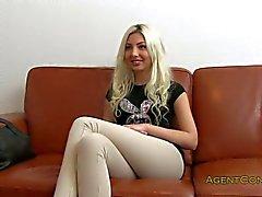 Blondes Amateur gebumst auf einer Couch Amts