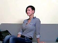 Kåta brunette teen knullar på stolen