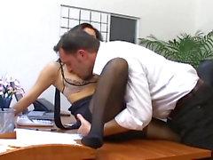 Seksi çorap bir busty sekreter ofis seks