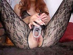 Gynäkologen dildo in der ihrer riesigen Redheadfrau Vagina