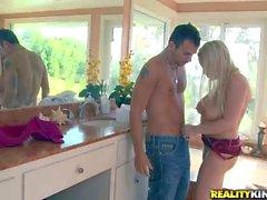 Ariusing Rachel gibt eine titjob im Badezimmer