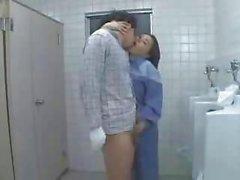 Nurse Asia y Señora de la limpieza ayudar a un paciente tirón Desactivado