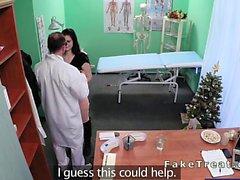 Bello paziente europeo di scopare in dell'ospedale finto