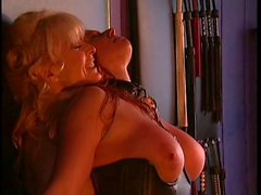 De nina Hartley et arrhes dans l'action de du BDSM avec un grand rouquine a nibards
