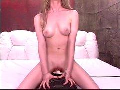Brunette con el alegre lindo del senos atracciones de Sybian