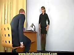Sexy secretaresse krijgt geïnterviewd met dildo