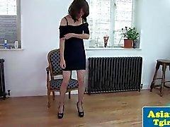 Travesti tailandesa de Naomi puxando com meias