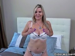 Американский мачеха Алби палец трахает ее задницу