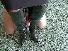 Likken cum uit laarzen van meesteres