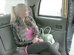 Busty пассажира запускается ей мудак стучал противной водителю