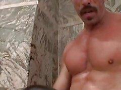 Le papa musculeux avec la moustache d'épaisseur fucks torride enfant