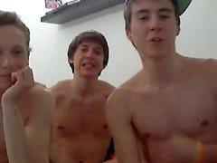 Gruppen-Sex-Action mit drei sexy Nackt Homosexuell Küssen