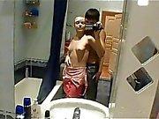 Obszöne Toilettensex mit Jugendlichen