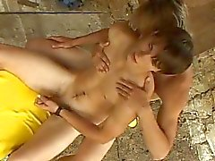 Twee opgewonden homo dudes zoenen en geven elkaar een handjob outdoor
