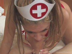 Enfermeira trata seu paciente com um golpe
