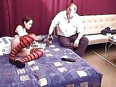 Young красотка брюнетки занимается сексом со дядя Марти на своем шестидесятая день рождения