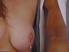 SCHWARZE heiße Trophäe-Frau fickt BBC im Bett des Mannes
