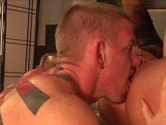 Fast -ass blondin sjunker fittan om dudes hanen i sekund blondin sätter sig av hans ansikte