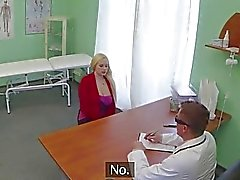 Patients blonde de raillé en d'une faux médecin